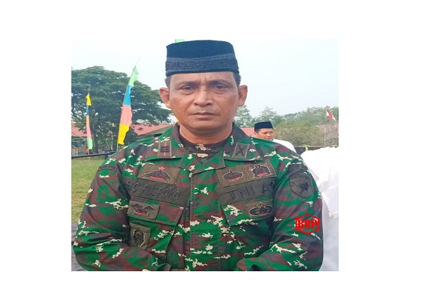 Danramil 1011/07 Kapuas Barat Beserta Anggota Ikuti Sholat Istisqa' di Lapangan Beruk Ambung Mandomai
