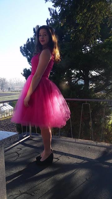 Tiulowa spódnica założona na sukienkę