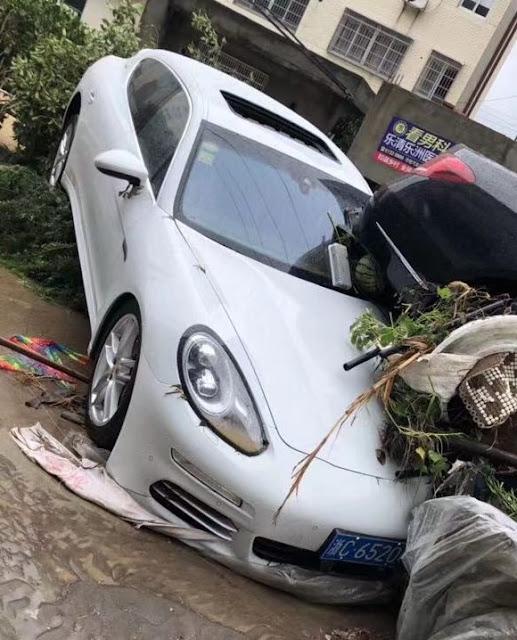 台風の被害にあったポルシェ