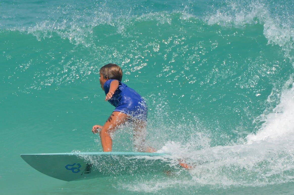 男の子がアルメリックのボードで上手にサーフィンしてる