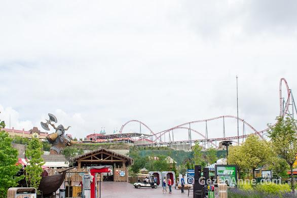arkada Nefeskesen roller coasterının rayları, önde Viking alanı, Vialand İstanbul