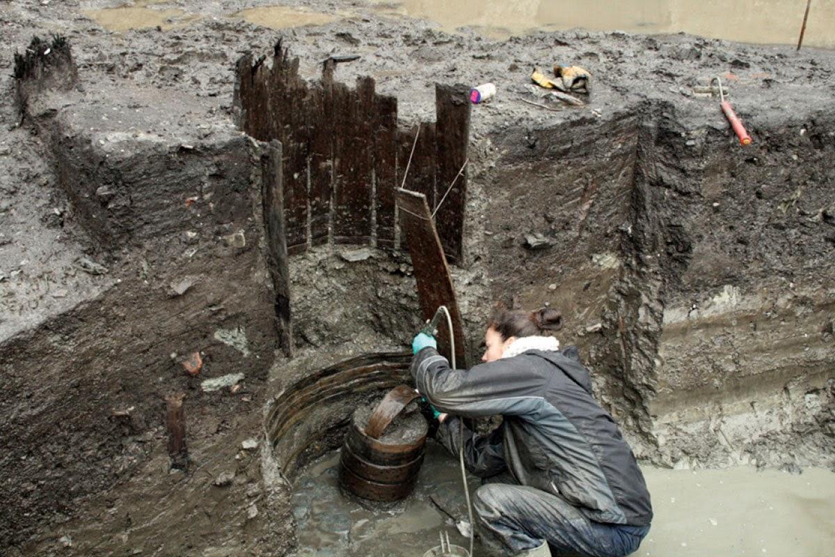 Aménagement d'un puit par empilement de 2 tonneaux et son seau de puisage - © Sandrine Lalain - Inrap