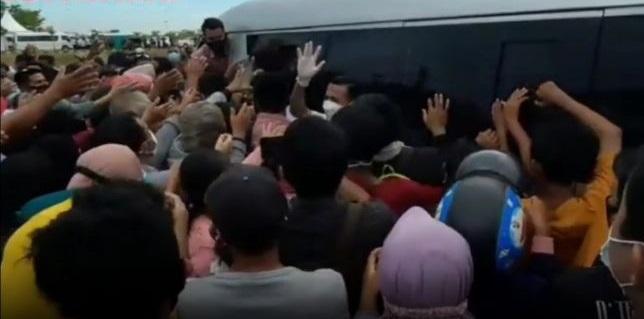 """Alamak! Warga Maros Berdesakan Rebutan """"Sembako Jokowi"""" Sampai Jatuh Bangun ke Aspal"""