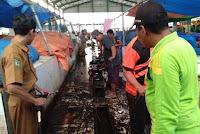 Kadis Koperindag Pimpin Aksi Gotong Royong Penanganan Sampah Pasar Amahami