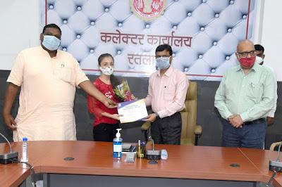 रतलाम में आयोजित कार्यक्रम में 5 विद्यार्थियों को प्रतीकात्मक चेक प्रदान किए गए!ratlam me aayojit karyakaram me 5 vidhiyarthiyo ko pratikatamk chek pradan kiye gaye