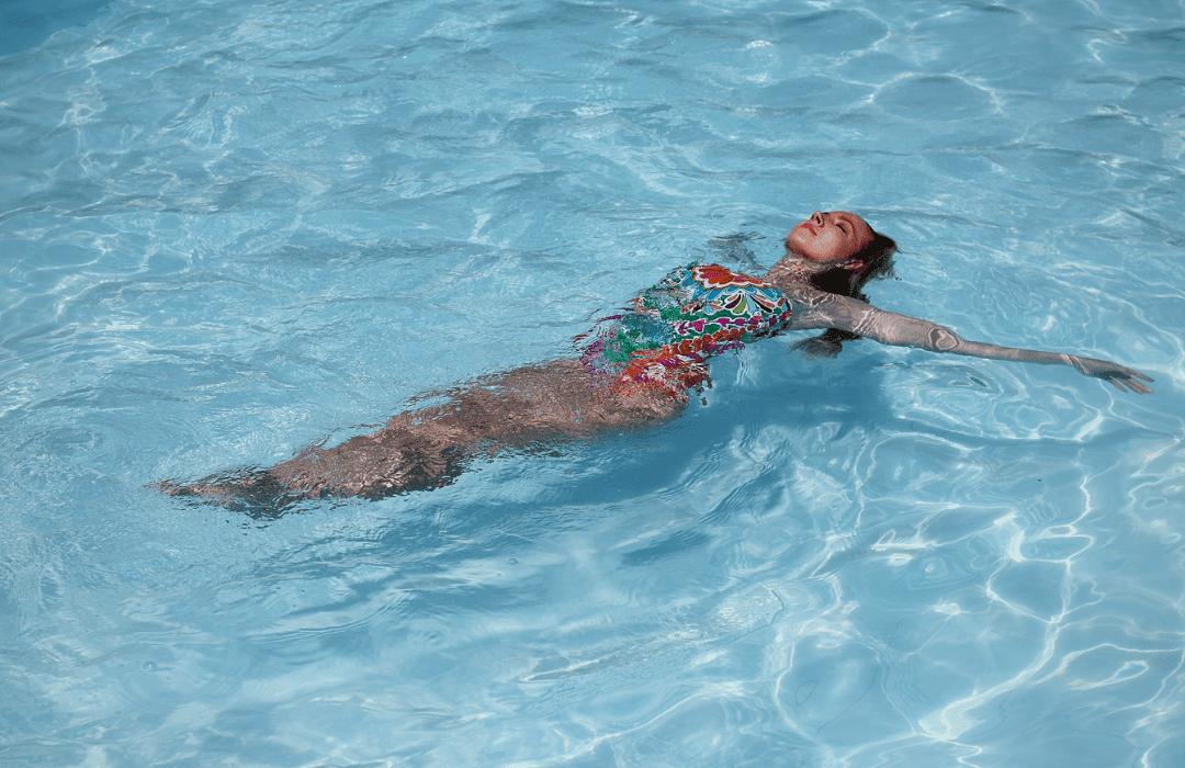 Welcher Badeanzug steht kurvigen Frauen?
