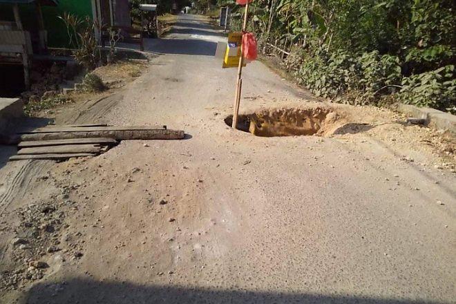 BONE TERKIN - Sering Dilalui Truk Pengangkut Pasir, Jalanan di Cenrana Nyaris Terputus