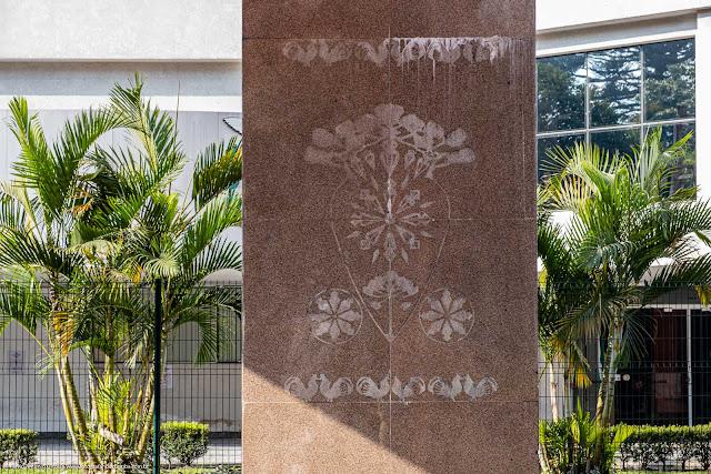 Detalhe de uma coluna no Portal Polonês em Curitiba