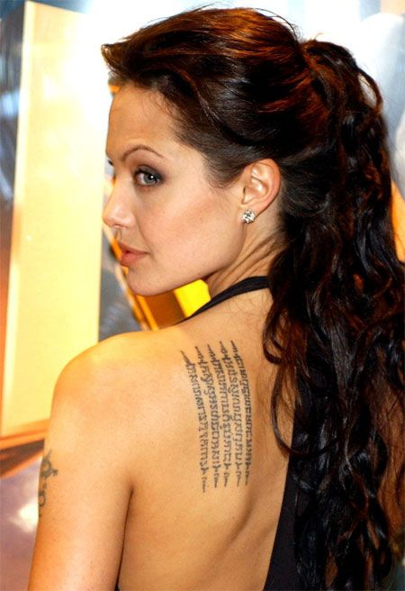 angelina jolie de espaldas, vemos sus tatuajes thai