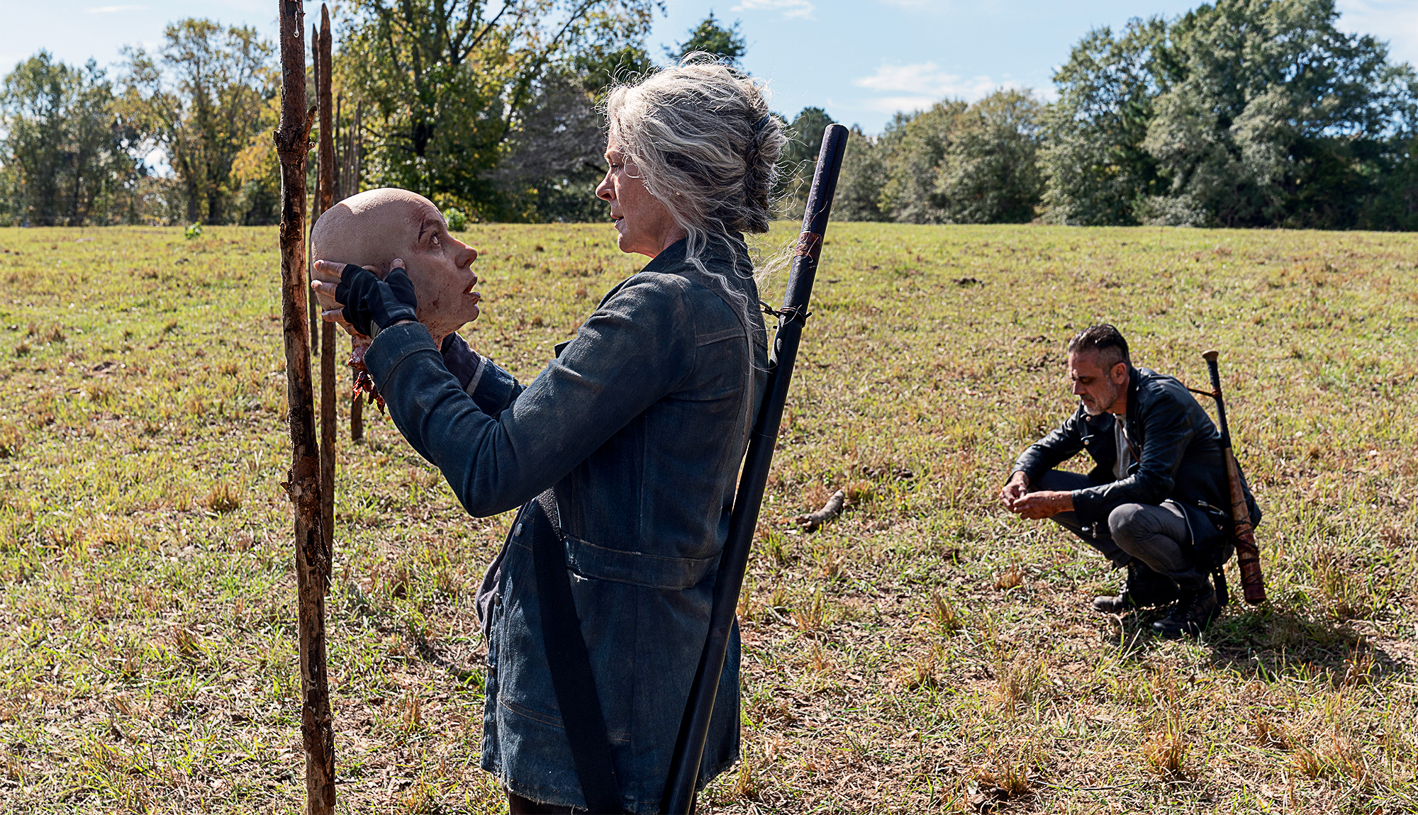 Carol sujeta la cabeza de Alpha en The Walking Dead
