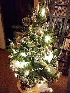 Juletre i potte med pynt