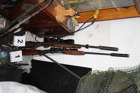 Lőszert és fegyvereket foglaltak le a gyanúsítottaknál