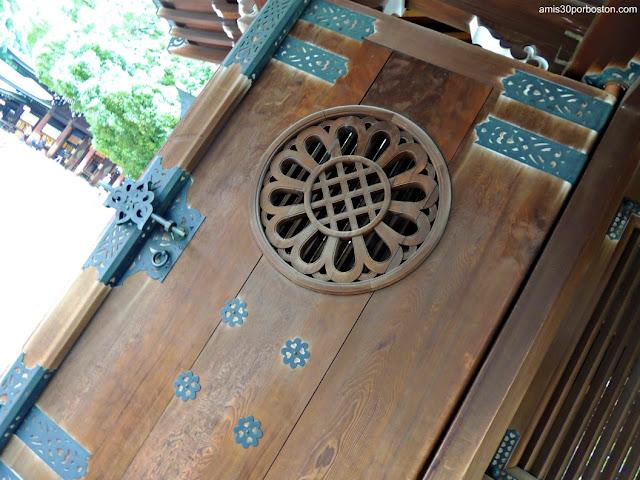 Detalle de unas las Puertas del Santuario Meiji, Tokio