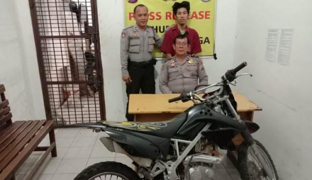 Tersangka pencuri sepedamotor saat di kantor polisi.