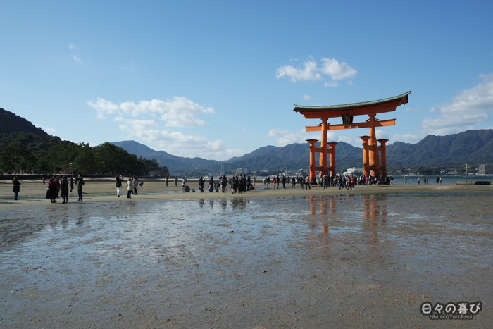 Torii à marée basse, plage de Miyajima, Hiroshima-ken