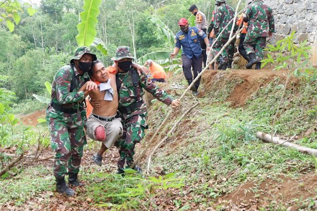 Hadapi Musim Penghujan, TNI Gelar Simulasi Tanah Longsor di Desa Nglegok