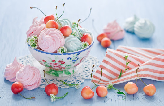 Suspiros con cerezas / Cherries and meringues