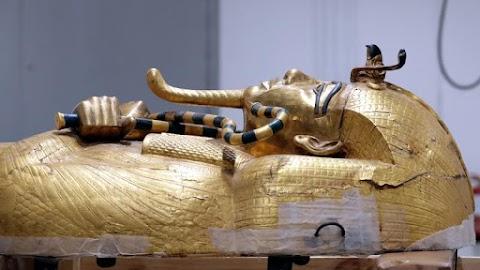 Történelmi pillanat: 97 év után kivették a sírból Tutanhamon koporsóját