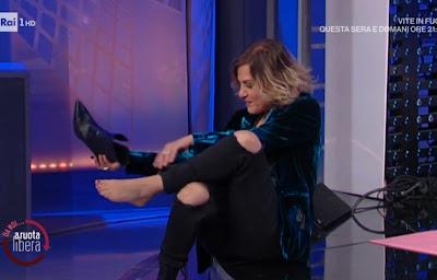 Irene Grandi si toglie le scarpe e si vede il piede