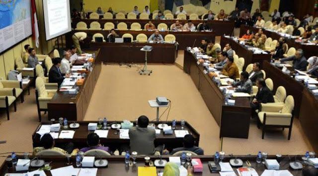 Adu Kuat, PPP-Golkar Berebut Ketua Komisi II