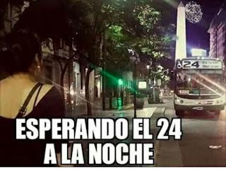 Chica espera el autobús número 24 a las noche en Navidad