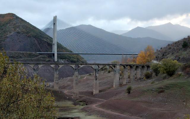 Puente antiguo y puente moderno del embalse de los Barrios de Luna en la Comarca de Luna. León