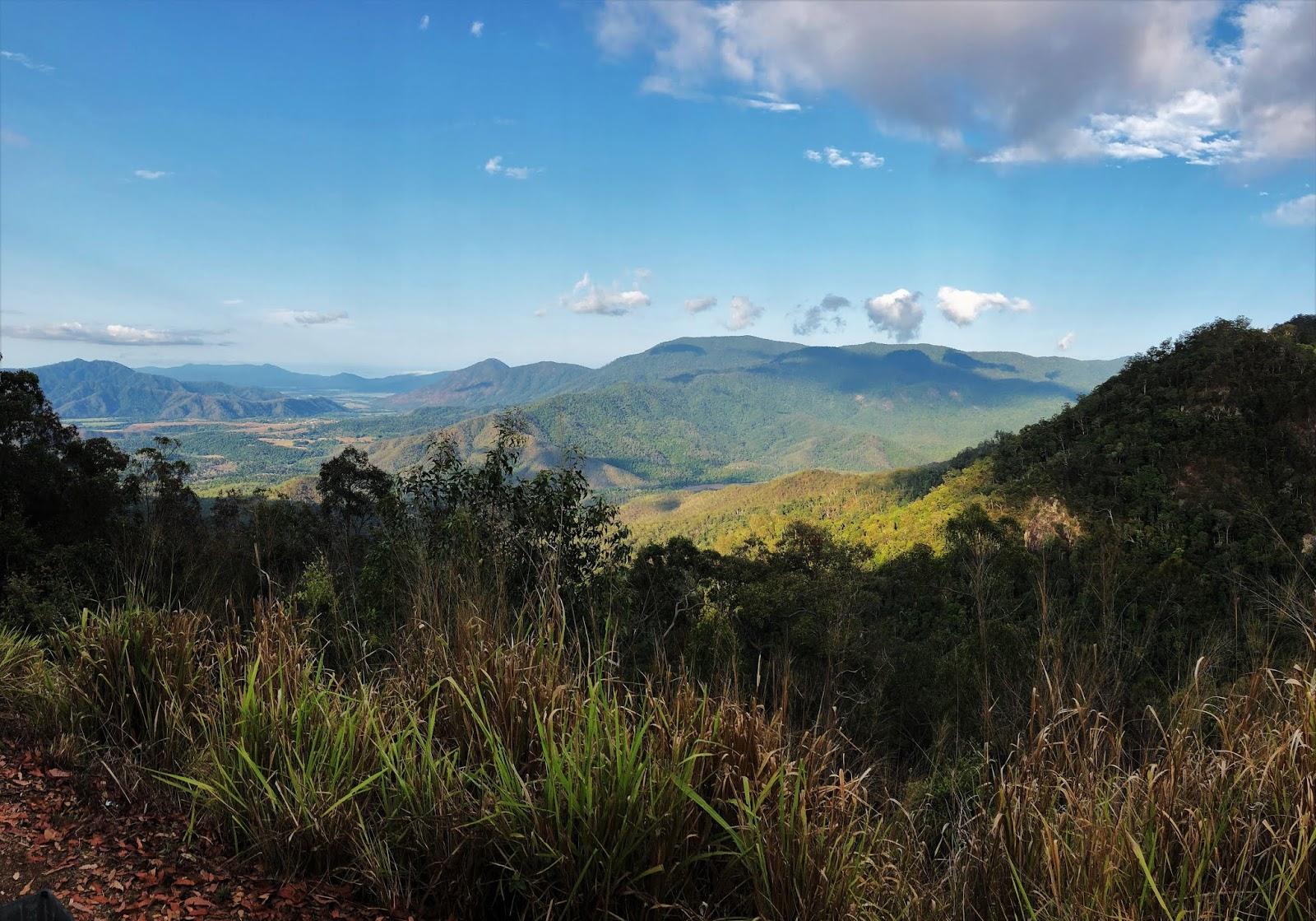 Punkt widokowy na zalesione pasmo górskie na tle błękitnego nieba.