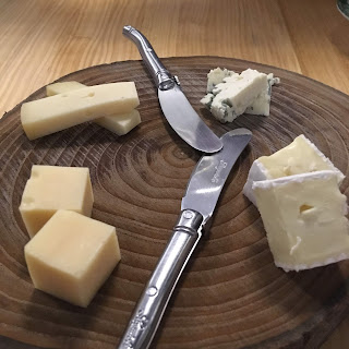 Tabla de quesos: Brie, Emmental, San Simón y Roquefort.