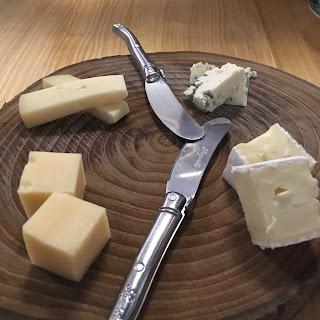 Tabla de quesos: Brie, Emmental, San Simón y Roquefort.