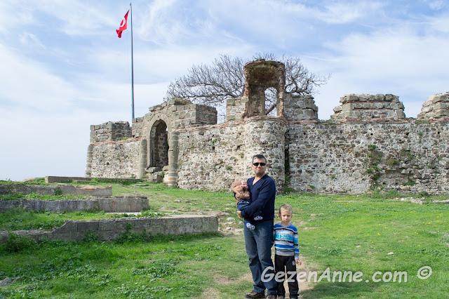 Riva kalesinde baba ve oğulları dolaşırken, İstanbul