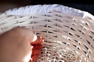Canastas decoradas para boda mimundomanual - Como forrar cestas de mimbre ...