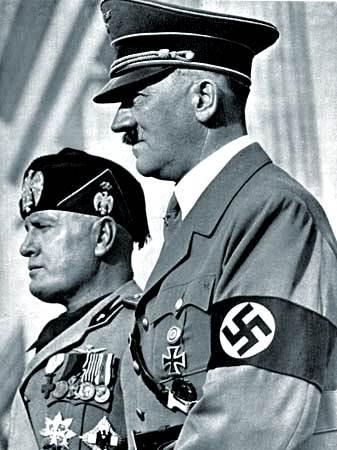 Adolf Hitler (derecha) con Benito Mussolini.