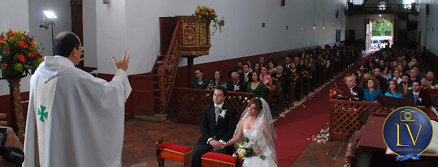 Sacerdote predica delante de los novios invitados atrás oyen