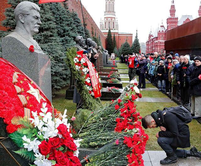 O culto de Stalin está voltando na Rússia de Putin: veneração do túmulo na Praça Vermelha, Moscou.