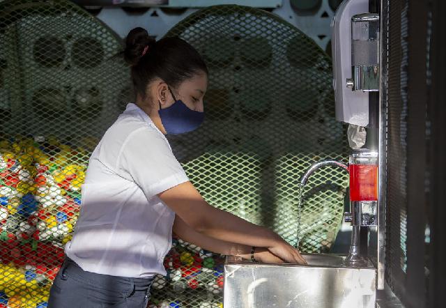 Los estudiantes tienen que lavarse las manos antes de entrar a sus salones de clase como parae del protocolo de protección contra el COVID-19.UNICEF Costa Rica/Priscilla Mora