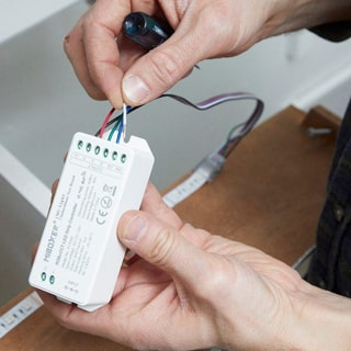 Συνδεστε τον ελεγκτη στην ταινια LED