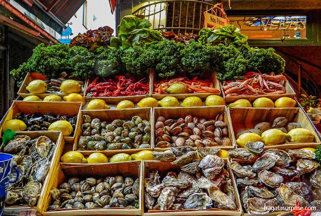 Banca de mariscos e frutas na área do antigo mercado de Bruxelas