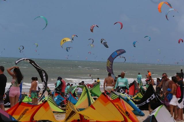 Ceará | 596 kitesurfistas velejando juntos batem recorde mundial na Praia do Cumbuco