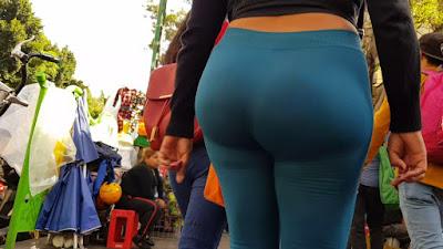 Morena nalgona calle calzas pegadas