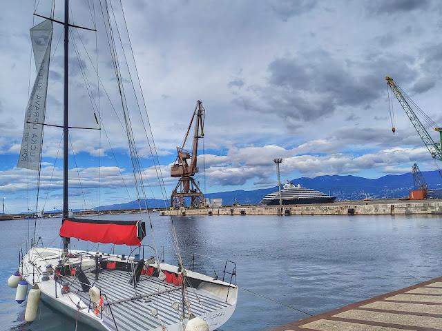 port w Rijece, panorama morze, żurawie, jachty