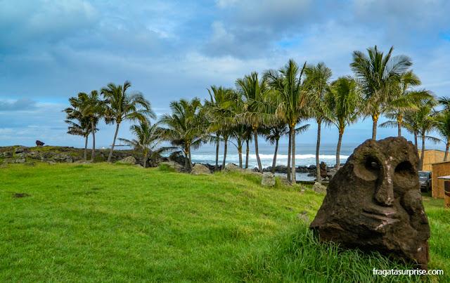 Estátua de pedra na praia de Poko-Poko, próxima ao Centro de Hanga Roa, Ilha de Páscoa
