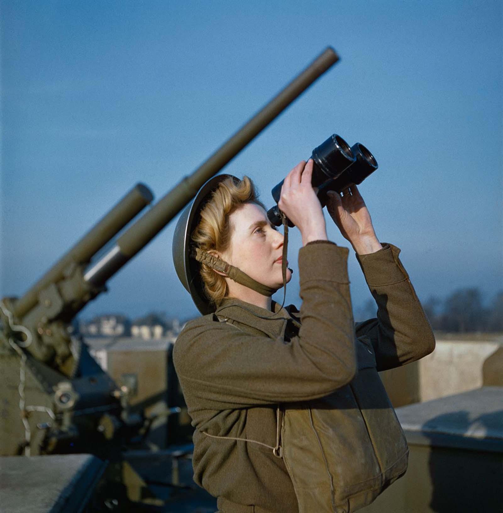 """A kisegítő területi szolgálat (ATS) """"észlelője"""" egy 3,7 hüvelykes légvédelmi ágyúhelyen.  1942."""