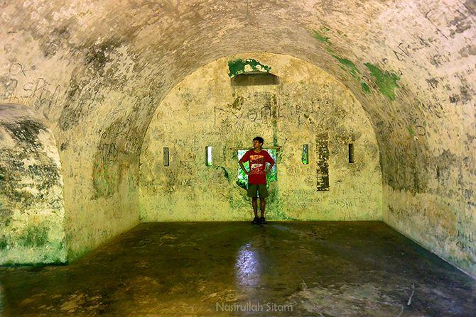 Ruangan di gerbang benteng karang bolong penuh vandal