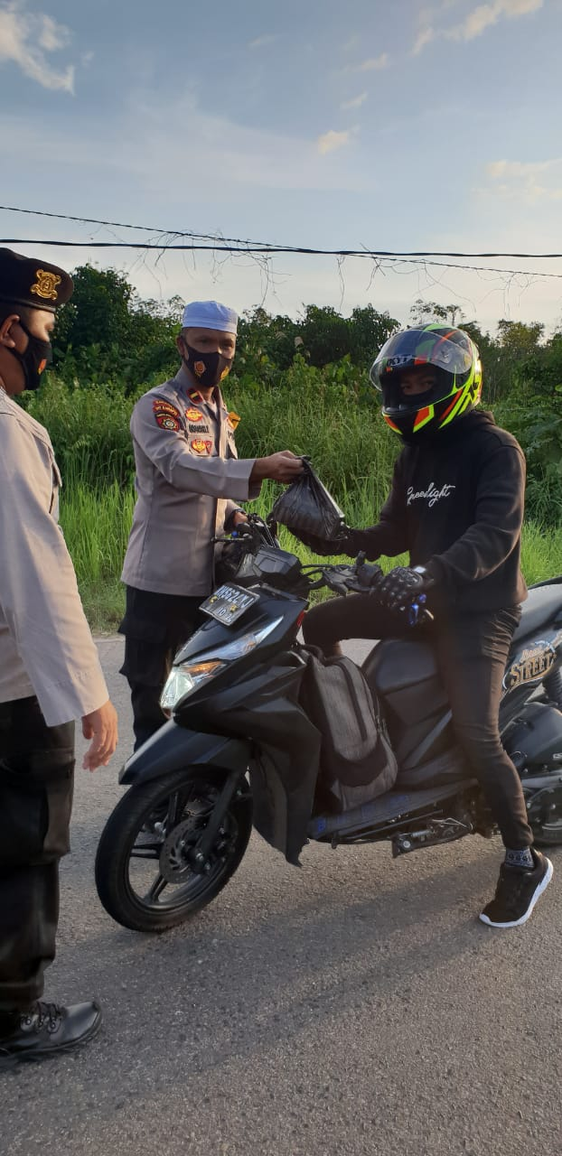 Suasana Ramadhan Polsek Kapuas Barat Bagikan Takjil