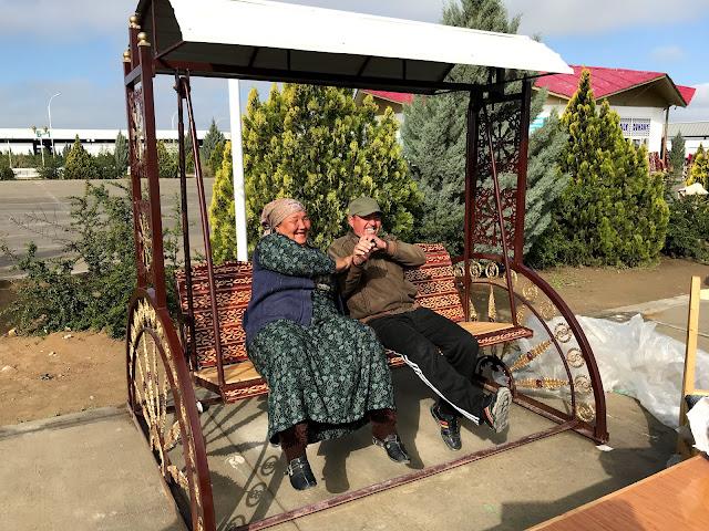 トルクメニスタンの地方で開かれていた青空市場にて、仲睦まじそうな老夫婦