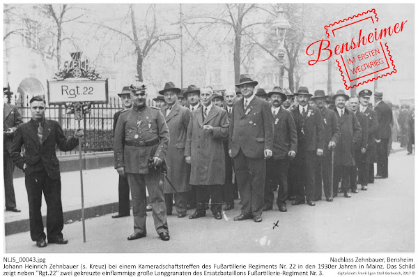 """NLJS_00043.jpg; Nachlass Zehnbauer, Bensheim; Johann Heinrich Zehnbauer (s. Kreuz) bei einem Kameradschaftstreffen des Fußartillerie Regiments Nr. 22 in den 1930er Jahren in Mainz. Das Schild zeigt neben """"Rgt.22"""" zwei gekreuzte einflammige große Langgranaten des Ersatzbataillons Fußartillerie-Regiment Nr. 3.; Digitalisierung: Frank-Egon Stoll-Berberich 2017."""