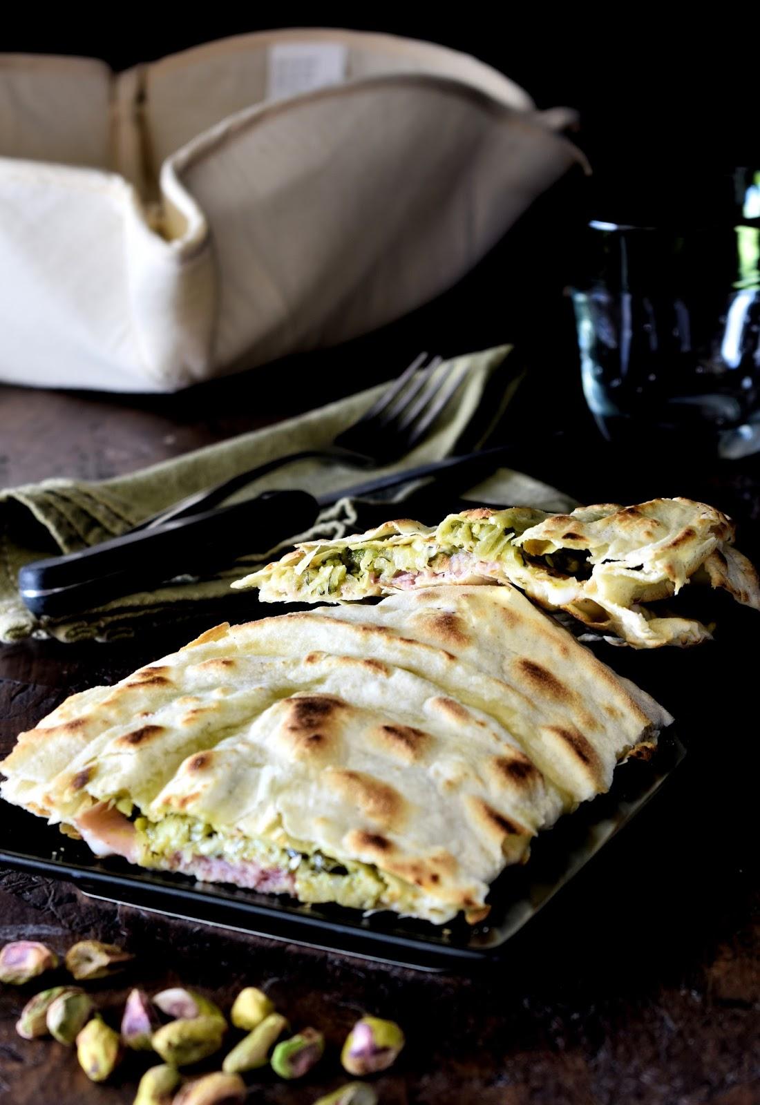 Piadina con squacquerone, pesto di pistacchi, prosciutto cotto e zucchine