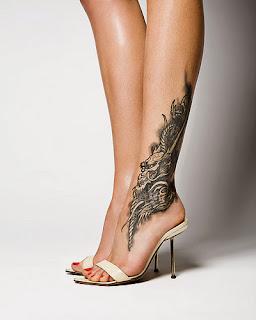 vemos a una mujer con zaapatos de tacón y un tatuaaje en el tobillo