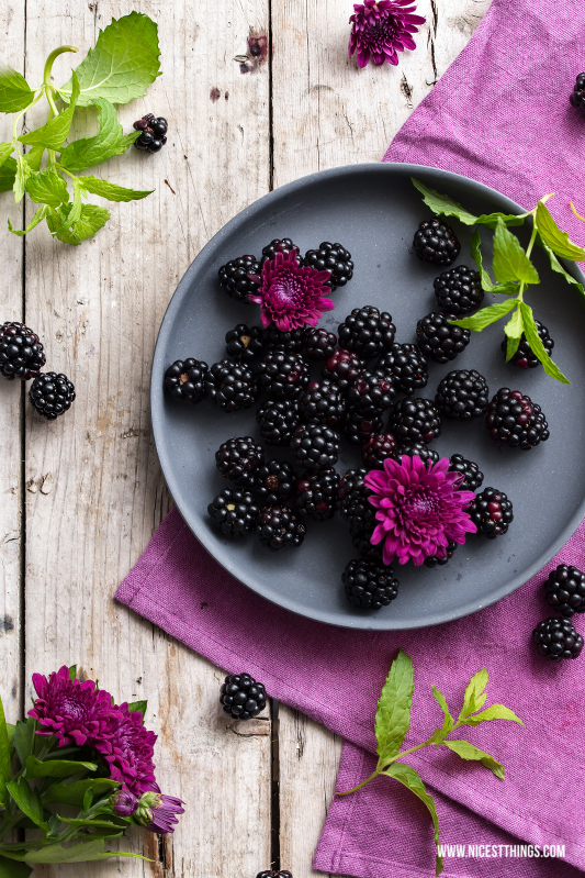 Brombeeren auf einem Teller Blackberries #brombeeren #blackberries #foodphotography #berries #beeren #purple