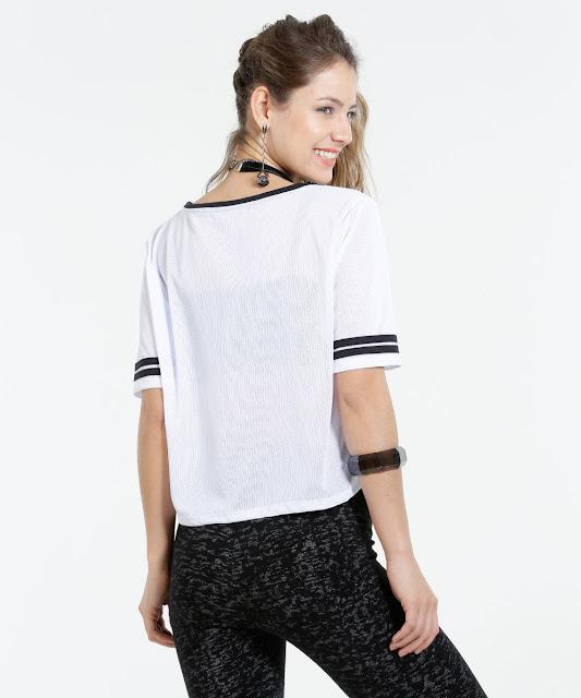 Usar blusa manga curta é tão comum quanto usar calça jeans, faz parte do guarda roupa feminino. Além de versátil, ela combina com calça jeans, legging, saia ou short e você pode dar aquele up com acessórios ou calçados